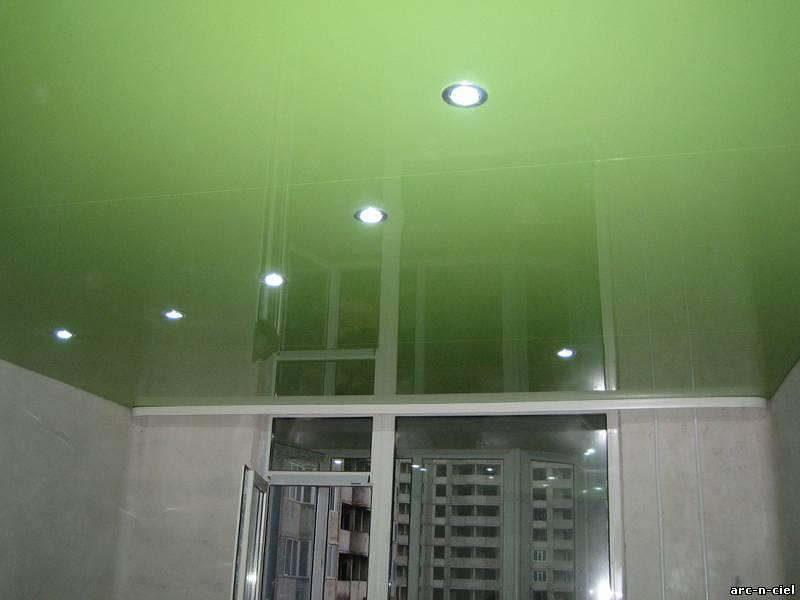 Фото идеи .  Натяжные потолки в гостиной с люстрой и точечными . . натяжные потолки с . . с ультрафиолетом...